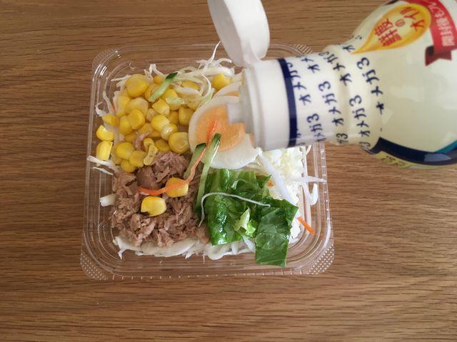 サラダにアマニ油を適量かける写真