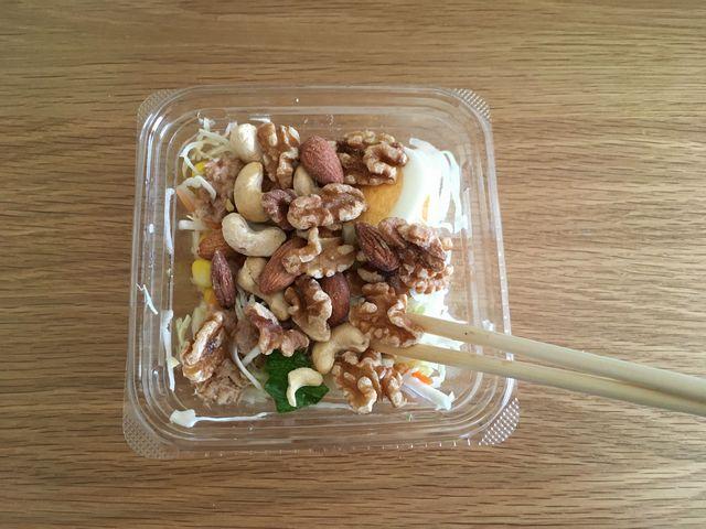 サラダにミックスナッツを投入した写真